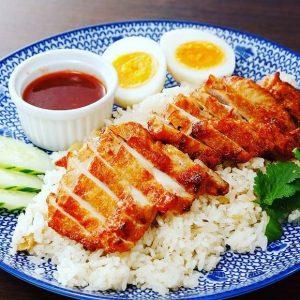 名古屋駅でタイ料理ランチなら「マイペンライ名駅」。お昼ご飯におすすめ。揚げ鶏をのっけたガッツリ系カオマンガイ。チリソースでいただく「カオマンガイ・トード」の画像