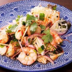 名古屋駅(名駅)にある本格タイ料理店「マイペンライ」でメインのご飯と一緒に食べたいおすすめサラダ。エビやイカとお野菜をピリ辛ソースで和えた「シーフードのスパイシーサラダ」の画像