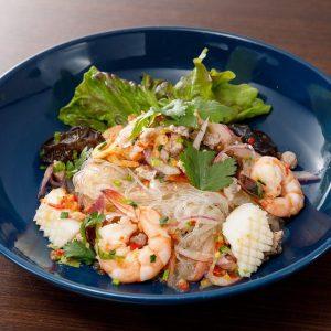 名古屋駅(名駅)にある本格タイ料理店「マイペンライ」おすすめ。春雨を海老やイカなどと和えた、タイらしい辛口サラダ「ヤムウンセン」の画像