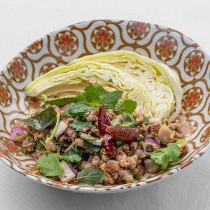名古屋駅(名駅)で夜ご飯なら本格タイ料理店「マイペンライ」。おつまみにおすすめ。豚挽肉とハーブをふんだんに使った辛口サラダ「ラープムー」の画像