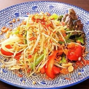 名古屋駅(名駅)で夜ご飯なら本格タイ料理店「マイペンライ」。細く切った青パパイヤを美味しい自家製ソースで和えたおすすめサラダ「ソムタム」の画像