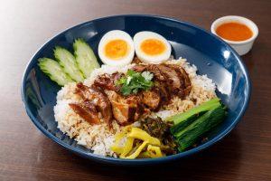 名古屋駅(名駅)にある本格タイ料理店「マイペンライ」でランチ・夜ごはんにおすすめ。豚スネ肉をシナモンや八角などのスパイスと柔らかく煮込んだ「カオカームー」の画像