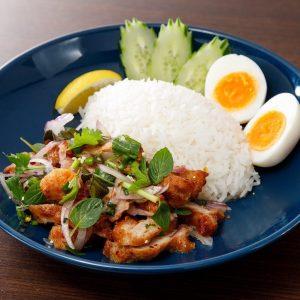 名古屋駅(名駅)でランチなら本格タイ料理店「マイペンライ」。おすすめメニュー、レモンと唐辛子の効いた、酢っぱ辛い「カオヤムガイトード」の画像