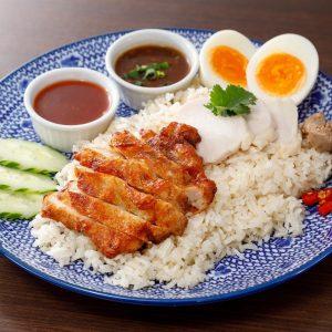 名古屋駅でタイ料理ランチなら「マイペンライ名駅」。お昼ご飯におすすめ。ゆで鶏も揚げ鶏ものっけた欲張り「MIXカオマンガイ」の画像