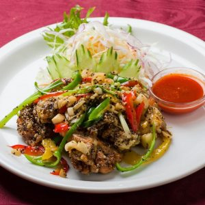 名古屋駅(名駅)にある本格タイ料理店「マイペンライ」で夜ご飯におすすめ。ふんだんなガーリック&黒胡椒で炒めて仕上げた「ソフトシェルクラブのニンニク黒胡椒」の画像