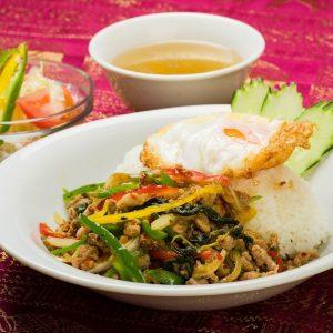 名古屋駅(名駅)でランチなら本格タイ料理店「マイペンライ」のおすすめ。ホーリーバジルを使用のパンチの効いた辛口スタミナ系タイご飯「ガパオライス」の画像