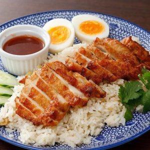 名古屋駅(名駅)にある本格タイ料理店「マイペンライ」でランチにおすすめ。チリソースで食べる揚げ鶏をのっけたガッツリ系ご飯「カオマンガイ・トード」の画像