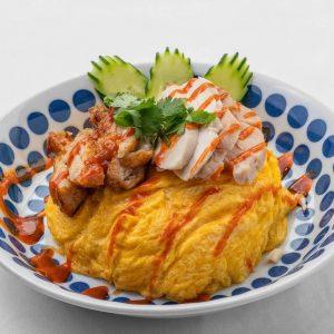 名古屋駅(名駅)にある本格タイ料理店「マイペンライ」のおすすめランチメニュー。カオマンガイ・MIXをオムライス仕立てにして仕上げた「オム・カオマンガイ・ミックス」の画像