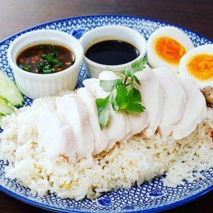 名古屋駅(名駅)でランチなら本格タイ料理店「マイペンライ」。鶏ガラスープで香味野菜と炊き上げたジャスミンライスと、生姜を効かせたソースをチキンにかけてお召し上がりいただくおすすめご飯「カオマンガイ」の画像