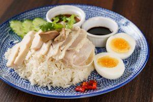 名古屋駅(名駅)にあるタイ料理店「マイペンライ」のおすすめ料理、鶏ガラスープで炊き上げた香り米に、茹でたチキンをのせたタイの定番料理「カオマンガイ」の画像