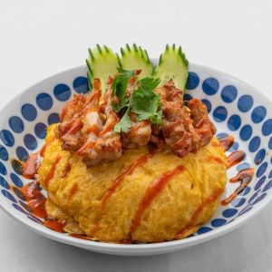 名古屋駅(名駅)でお昼ご飯を食べるなら本格タイ料理店「マイペンライ」。おすすめランチ、カオマンガイ・トードをオムライス仕立てにして仕上げた「オム・カオマンガイ・トード」の画像