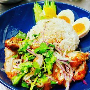 名古屋駅でお昼ごはんなら本格タイ料理店「マイペンライ名駅店」。おすすめランチ、レモンと唐辛子の効いた、酢っぱ辛い「カオヤムガイトード」の画像