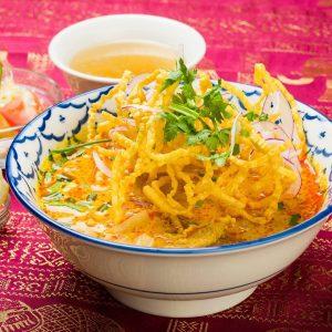 名古屋駅でランチにおすすめ。本格タイ料理店「マイペンライ名駅店」。チェンマイの名物、ココナッツ風味のカレーラーメン「カオソーイ」の画像
