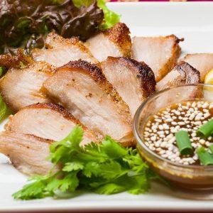 名古屋駅でのランチ・ディナーにおすすめ、本格タイ料理店「マイペンライ名駅店」。お酒の肴としても人気のタイ風ローストポーク豚トロ「コームーヤーン」の画像