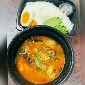 名古屋駅(名駅)でお昼ご飯をテイクアウトするなら本格タイ料理店「マイペンライ」おすすめテイクアウトメニュー、ハーブやとろとろ軟骨ポークと野菜がたっぷり「森のスープカレー(ゲーンパー)」の画像