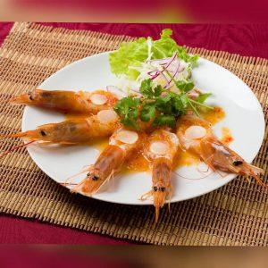 名古屋駅でのランチ・ディナーにおすすめ、本格タイ料理店「マイペンライ名駅店」。スパイシーなソースで頂くタイ式カルパッチョ「クン・チェー・ナンプラー」の画像