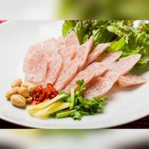 名古屋駅でのランチ・ディナーにおすすめ、本格タイ料理店「マイペンライ名駅店」。ビールと相性抜群の酸味があるソーセージ「ネームソーセージ」の画像