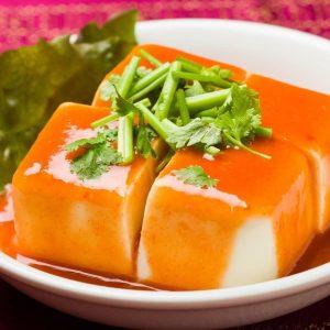 名古屋駅でのランチ・ディナーにおすすめ、本格タイ料理店「マイペンライ名駅店」。ピリ辛チリソースでいただくタイ風冷やっこ「タオフーイェン」の画像