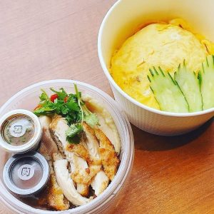 名古屋駅(名駅)でお昼ご飯をテイクアウトするのにおすすめの本格タイ料理店「マイペンライ」。タイ式チキンライス「カオマンガイ・MIX」をオムライス仕立てに仕上げた「オム・カオマンガイ・ミックス」の画像