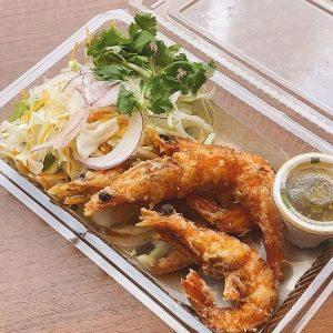名古屋駅(名駅)でお昼ご飯をテイクアウトするのにおすすめの本格タイ料理店「マイペンライ」。辛口のスパイシーソースがよく合う、ソフトシェルシュリンプの塩から揚げ「ソフトシェルシュリンプのから揚げ」の画像