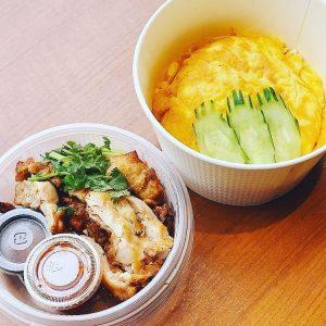 名古屋(名駅)のタイ料理店「マイペンライ」でランチにおすすめのタイ式チキンライス[カオマンガイ・トード]をオムライス仕立てにして、テイクアウト容器に入れた画像