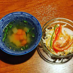 名古屋駅(名駅)でお昼ご飯を食べるなら本格タイ料理店「マイペンライ」。ランチタイムでサービスしているスープとサラダの画像