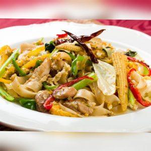 名古屋でのランチ、ディナーなどご飯利用におすすめタイ料理専門店「THAI FOOD・DINING マイペンライ 名駅店」で提供中の太麺焼きそば「センヤイ・パッキーマオ」の画像