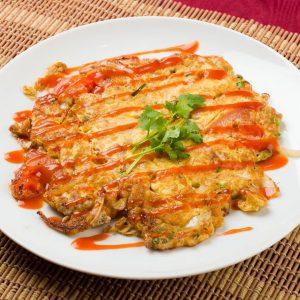 名古屋でのランチ、ディナーにおすすめのタイ料理専門店「THAI FOOD・DINING マイペンライ 名駅店」で提供中のタイスタイル玉子焼き「カイ・チャオ・ムーサップ」の画像