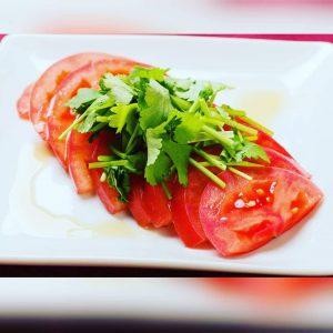 名古屋でのランチ、ディナーにおすすめのタイ料理専門店「THAI FOOD・DINING マイペンライ 名駅店」でご提供している暑い時期に最適なさっぱりメニュー「トマト&パクチー」の画像