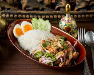 名古屋でのランチ、ディナーにおすすめのタイ料理専門店「THAI FOOD・DINING マイペンライ 名駅店」で提供中のランチメニュー「カオヤムガイトード」の画像