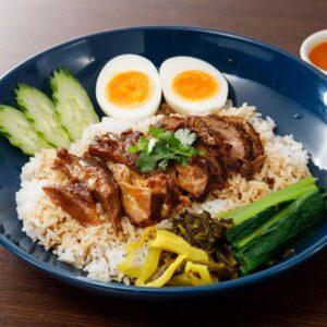 名古屋でのランチ、ディナーにおすすめのタイ料理専門店「THAI FOOD・DINING マイペンライ 名駅店」で提供中のランチメニュー「カオカームー」の画像