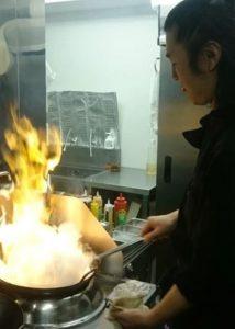 名古屋でのランチ、ディナーなどご飯利用におすすめタイ料理専門店「THAI FOOD・DINING マイペンライ 名駅店」のベテランシェフの写真