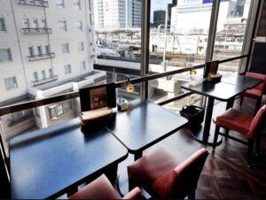 名古屋でのランチ、ディナーなどご飯利用におすすめタイ料理専門店「THAI FOOD・DINING マイペンライ 名駅店」の窓際席の画像