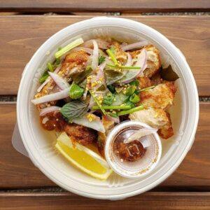 名古屋でのランチ、ディナーなどご飯利用におすすめタイ料理専門店「THAI FOOD・DINING マイペンライ 名駅店」で提供中のテイクアウト料理「ヤムガイ・トード」の画像