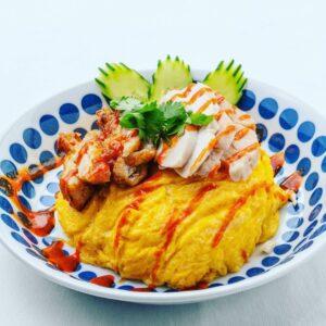 名古屋でのランチ、ディナーなどご飯利用におすすめタイ料理専門店「THAI FOOD・DINING マイペンライ 名駅店」でご提供中の「オムカオマンガイMIX」の画像
