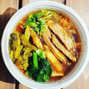 名古屋でのランチ、ディナーなどご飯利用におすすめタイ料理専門店「THAI FOOD・DINING マイペンライ 名駅店」で提供中の「カオカームー」をテイクアウト容器に入れた画像